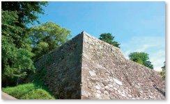 松坂城跡(国指定史跡):松坂城は1588(天正16)年蒲生氏郷が築城。石垣は、「野面積み」高石垣。日本百名城に選定されている