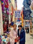 工芸品を扱う店が立ち並ぶシウダデラ市場を視察