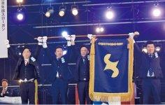 2018年度日本YEG内田茂伸会長(左から2番目)から2019年度日本YEG田中暢之会長(中央)へバトンをつなぐ