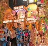 機(はた)まつり:機神社に織物産業の繁栄を祈願し始まった。毎年8月