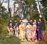 「成年式発祥の地」記念像:昭和54(1979)年に城址公園に建立。新成人に人気の撮影スポット
