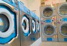 店内に所狭しと並ぶ最新型の洗濯機と乾燥機。スニーカー用も設置