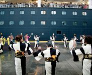 八月踊りをクルーズ船が寄港した際に披露