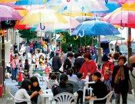 商店街で夏と秋に開催されるアンブレラアート