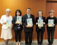 徳永会長(右から2人目)ら女性会メンバーが宮本市長(中央)に情報誌を贈呈