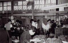 昭和30年代の本社工場。奥で文選工が活字を拾って組み上げていく