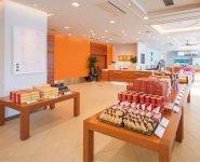 砂川市の北菓楼本店販売フロア。ショップのほか、喫茶フロアを併設しており、来店客が絶えない