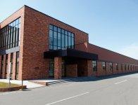 本社の周辺に建てられた工場。稼働するロボットには名前が付けられ働く仲間として受け入れられている。ここに隣接してチョコレート工場が建つ予定