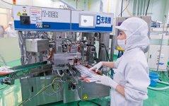 工場スタッフの約7割が女性。オートメーション化を進め、品質向上とともに短時間勤務可能な柔軟なシフト体制を実現
