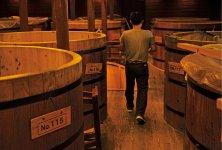 尾鈴山蒸留所で焼酎の仕込みに使う木桶(おけ)には、宮崎産の飫肥(おび)杉が使われている