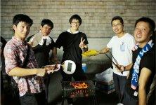 バーベキューパーティーでは、従業員たちが自分たちの手で育てた野菜や肉を味わう