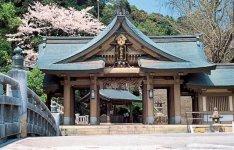 和霊神社:宇和島藩草創期の功臣、家老の山家(やんべ)清兵衛を祭る。7月23・24日に和霊大祭が行われる