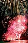 海上打ち上げ花火:うわじま牛鬼まつりで開催。狭い湾の海上から打ち上げる花火は迫力満点