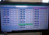成形現場事務所内のモニター。3工場の成形機30台の稼働状況が一目で分かる