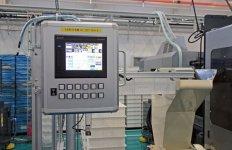 作業者は成形機に取り付けられた「タッチパネルBOX」のタッチパネル画面の情報を見て稼働状況を把握する
