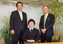 2018年2月に採用を内定。高橋和樹選手を挟んで左が中島將典代表取締役社長、右が大久保秀夫代表取締役会長(東京商工会議所副会頭)