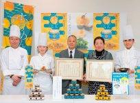 受賞報告会での高橋水産・高橋健生社長(左から3人目)と留美子夫人(右から2人目)