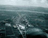 1950年ごろの総社市(奥・白い筋が高梁川)。以前から総社市では、高梁川とその支流で多くの水害が起こってきた