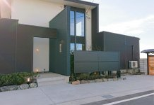 美術館をイメージしたモダンな佇まいの新店舗と約20人収容できる広間