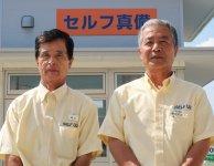 上野油業・常務取締役の楠田淳治さん(右)と、セルフ真備SS店長の藤田直親さん