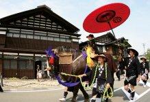 大名行列:湯沢三大まつりの一つ。秋田藩佐竹南家十万石の格式を持つ。1714年に愛宕神社祭典の余興として行われたのが始まり