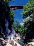 小安峡大噴湯(おやすきょうだいふんとう):98度の熱湯と蒸気が激しく噴出する名所。春は新緑、秋は紅葉、冬は峡谷に下がる大きなつらら「しがっこ」を楽しめる