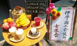 左から、モモやバナナでつくるミックスジュース、杏仁豆腐、赤しそジュレソーダ