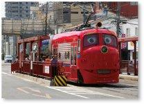 """英国の人気アニメ""""チャギントン""""を世界で初めて実車化。両備グループが運行し、観光電車として岡山市中心部を走る©チャギントン"""