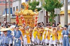 金刀比羅神社御神輿:約120人の若者が担ぎ、掛け声とともに練り歩く姿は圧巻