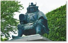 武田信玄像:甲府駅(南口)前に建つ。川中島の戦いの陣中における姿を模している