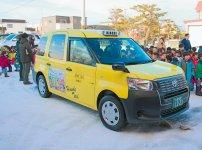 園児の絵を貼ったタクシーも人気だ。東京で普及が進んでいる乗り降りがしやすい車両「JPNタクシー」もいち早く導入した