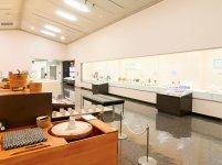 人間国宝・加藤孝造氏の作品も展示されている「陶磁資料館」