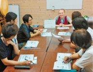 教室では店頭での接客や道案内など毎回テーマに沿って学ぶ