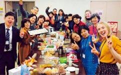 昨年12月の教室では英国のクリスマス文化を学び、参加者らは親交を深めた