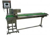 1時間に最大2000本の串刺しができる大量生産機。1990年の発売以来、改良を重ねて現在も現役のロングセラー商品