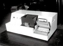 創業時に発売した卓上型初号機。ユーザーの好評を得てシェア1位の足掛かりに
