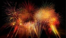 サマーフェスティバル:夏の人気イベント。花火大会が圧巻