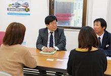 個別相談会でバス会社の説明を聞く女性参加者ら