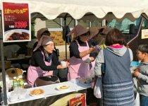 女性会ブースでは名物「土浦ツェッペリンカレー」とおしるこを販売