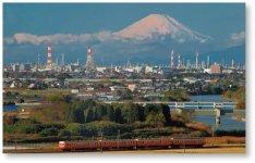 当市を代表するコンビナート群と小湊鉄道、遠くに富士山を望む