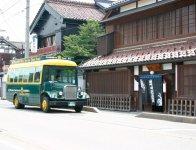 七日町通りを走る「まちなか周遊バス」。かつて、ここで毎月7の付く日に市が立ったことから七日町の名が付けられた
