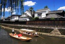蔵を眺めながら遊覧船で巴波川(うずまがわ)を進む