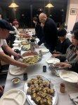ビュッフェスタイルでアナゴ料理を楽しむ参加者