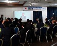 西地区で行われた田中会長の挨拶ライブ配信映像を見る参加メンバーたち(東地区)