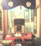 毎年1月11日に行う蔵開きでは、商売の神様である大黒天を中央に据え、周りに銭箱や本草綱目を置く