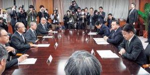 三村会頭ら労使4団体代表(左側)と右手前から加藤大臣、梶山大臣、赤羽大臣