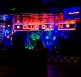 """ライブハウス「クイーン」:音楽のまち""""沖縄市""""の象徴、ディープな夜を演出する"""