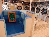 洗濯物をたたむテーブルとキッズコーナーが一体化。親は子どもの様子を見守りながら作業ができる
