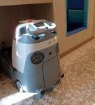 床掃除は自動で動く業務用ロボット掃除機「Whiz」が行う。スイッチを押すのは利用者に任せているという