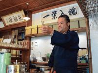 「一葉入魂」で丁寧にお茶を入れる代表取締役の矢部亨氏